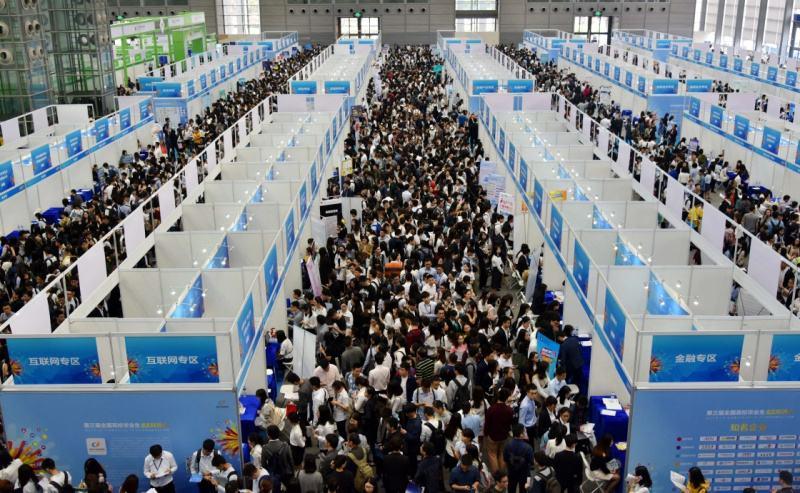 Pekin'de binlerce öğrenci iş bulabilmek için iş arama fuarlarına hücum ediyor