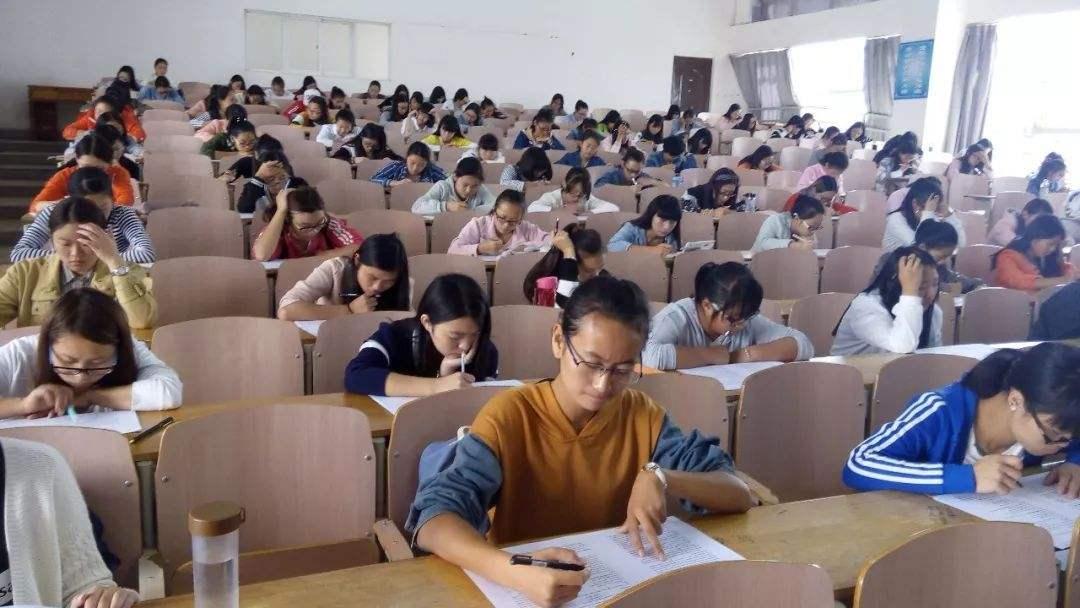 Çinli üniversite öğrencileri CET sınavına girerken